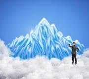 Zakenman die berg bekijken Royalty-vrije Stock Foto's