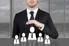 Zakenman die beschermende hand boven werknemerspersoneel houden Stock Foto