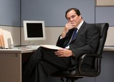 Zakenman die bij bureau in cel denkt Royalty-vrije Stock Afbeeldingen