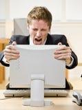 Zakenman die bij computer schreeuwt Royalty-vrije Stock Foto