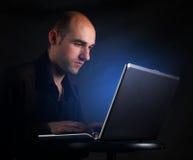Zakenman die bij computerlaptop werkt royalty-vrije stock foto's