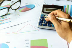 Zakenman die bij de van het Bedrijfs bureaubureau financiële boekhouding werken Royalty-vrije Stock Afbeelding