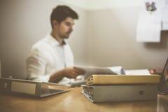 Zakenman die bij zijn bureau werkt stock foto