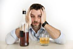 Zakenman die blauw die overhemd dragen bij bureau op witte achtergrond wordt gedronken stock foto's