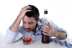 Zakenman die blauw die overhemd dragen bij bureau op witte achtergrond wordt gedronken stock afbeeldingen