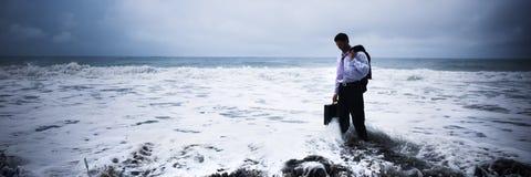 Zakenman die in blauwe alleen oceaan voelen stock foto's