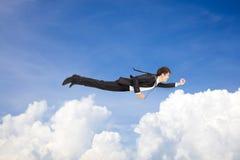 Zakenman die boven de wolk vliegen Stock Foto
