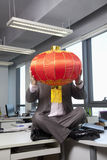 Zakenman die Chinese lantaarn voor gezicht houden Stock Afbeelding