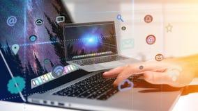 Zakenman die Computer het omringen houden door app en sociale ico Stock Afbeeldingen