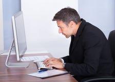 Zakenman die Computer met behulp van Stock Foto