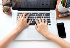 Zakenman die computer met handen met behulp van die op een toetsenbord typen Royalty-vrije Stock Afbeeldingen