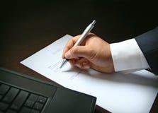 Zakenman die contract ondertekenen stock afbeeldingen