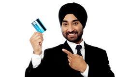 Zakenman die creditcard steunen Stock Foto