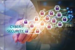 Zakenman die cyber veiligheidstekst met slotpictogram richten Royalty-vrije Stock Afbeeldingen