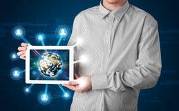 Zakenman die 3d aardebol in tablet voorstellen Royalty-vrije Stock Foto