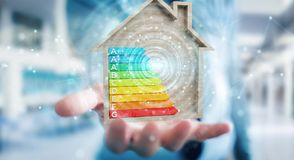 Zakenman die 3D het teruggeven grafiek van de energieclassificatie in houten h gebruiken Stock Foto's