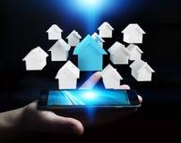 Zakenman die 3D teruggegeven kleine witte en blauwe huizen gebruiken Royalty-vrije Stock Foto