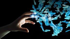 Zakenman die 3D teruggevende groep blauwe mensen houden Royalty-vrije Stock Foto