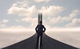 Zakenman die 3d weg bekijken die in de hemel uitgaat Royalty-vrije Stock Afbeelding