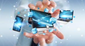 Zakenman die de apparaten en de pictogrammentoepassingen van technologie 3D verbinden aangaande Royalty-vrije Stock Afbeelding