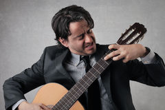 Zakenman die de gitaar spelen Stock Foto