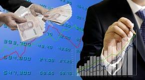 Zakenman die de groeigrafiek met geldhand analyseren stock foto's