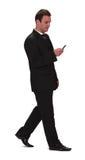 Zakenman die de mobiele telefoon controleert Stock Foto