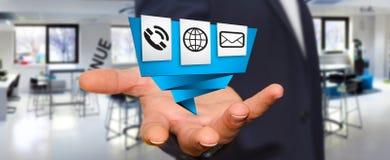 Zakenman die de moderne digitale toepassing van het origamipictogram gebruiken Stock Foto
