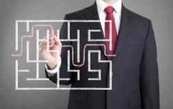 Zakenman die de oplossing van een labyrint vinden Royalty-vrije Stock Afbeelding