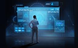 Zakenman die de virtuele schermen over dark bekijken Stock Foto's