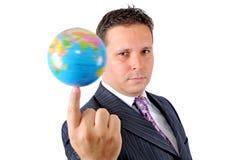 Zakenman die de wereld draaien bij het uiteinde van zijn vinger royalty-vrije stock afbeeldingen