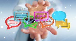 Zakenman die digitale kleurrijke 3D het teruggeven gespreksico gebruiken Stock Foto