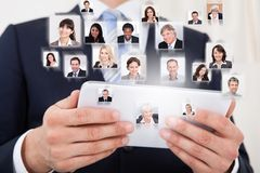 Zakenman die digitale tablet gebruikt Stock Foto's