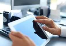 Zakenman die digitale tablet houden Royalty-vrije Stock Afbeelding