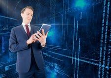 Zakenman die digitale tablet met binaire codes op achtergrond gebruiken Stock Afbeelding