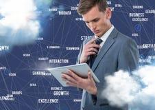 Zakenman die digitale tablet met het verbinden van pictogrammen tegen blauwe achtergrond aan wolken gebruiken Stock Fotografie