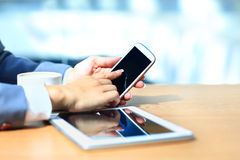 Zakenman die digitale tabletcomputer met moderne mobiele telefoon met behulp van Royalty-vrije Stock Foto's