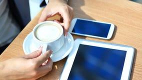 Zakenman die digitale tabletcomputer met moderne mobiele telefoon met behulp van royalty-vrije stock fotografie