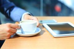 Zakenman die digitale tabletcomputer met moderne mobiele telefoon met behulp van stock afbeelding