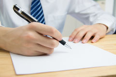Zakenman die documenten ondertekent Royalty-vrije Stock Afbeelding