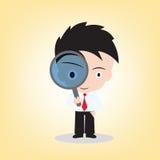 Zakenman die door een vergrootglas voor het zoeken, vectorillustratie in vlak ontwerp kijkt Stock Afbeelding