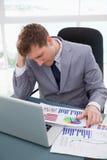 Zakenman die door marktonderzoekresultaten wordt gefrustreerd Stock Afbeeldingen
