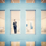 Zakenman die door venster kijkt Royalty-vrije Stock Afbeelding