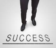 Zakenman die dragend hofschoenen op succeslijn bevinden zich Royalty-vrije Stock Afbeelding