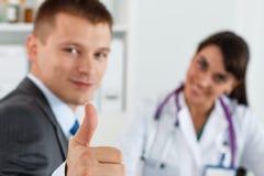Zakenman die duim toont Stock Fotografie