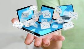 Zakenman die e-mail op zijn digitale apparaten 3D renderin ontvangen Stock Foto