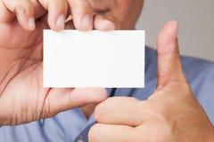 Zakenman die een adreskaartje met omhoog duim houdt Stock Foto