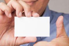 Zakenman die een adreskaartje met omhoog duim houdt Stock Fotografie