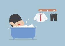 Zakenman die een bad nemen en in badkuip ontspannen Royalty-vrije Stock Foto