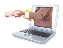 Zakenman die een boek draagt en uit laptop Royalty-vrije Stock Afbeelding